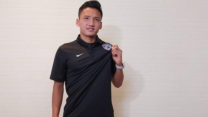 Pesepakbola Muda Indonesia, Syahrian Abimanyu saat memamerkan jersey klub Johor Darul Ta'zim, Kamis (24/12/2020).