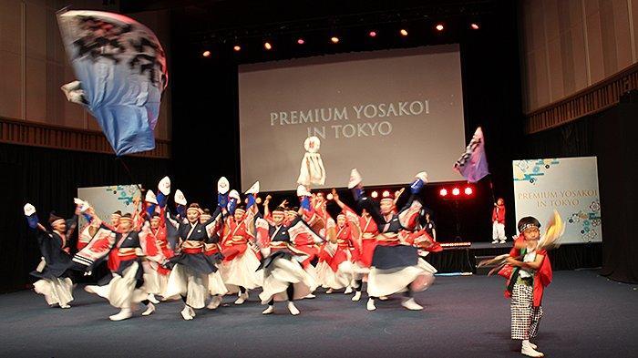 Para anggota Yosakoi termasuk anak-anak ikut tampil di penampilan Premium Yosakoi, Minggu (4/7/2021).