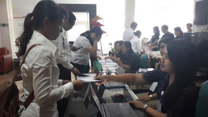 TES SKD - Peserta tampak berkomunikasi dengan panitia di sesi Seleksi Kompetensi Dasar (SKD) CPNS Kota Denpasar tahun 2019 yang berlangung di Gedung BPSDM Provinsi Bali pada Selasa (4/2/2020).