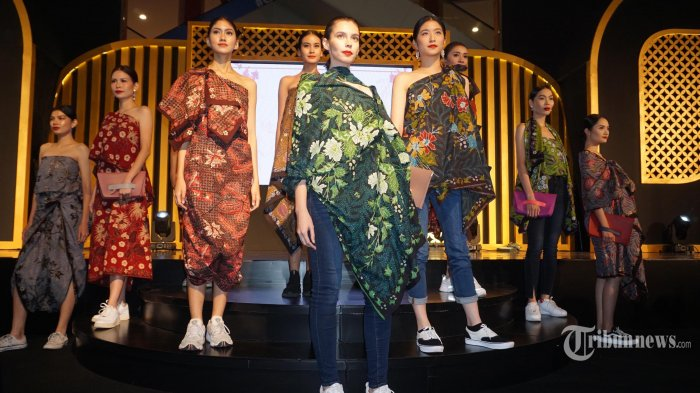 Sejumlah peragawati memperagakan koleksi batik Madura saat pembukaan Pesona Batik Wastra Nusantara di Summarecon Mal Kelapa Gading (MKG), Kelapa Gading, Jakarta Utara, Rabu (25/9/2019). Festival yang ke-4 kalinya ini berlangsung hingga 6 Oktober 2019. Eksotika Batik Madura menjadi tema besar Pesona Batik Wastra Nusantara tahun ini.