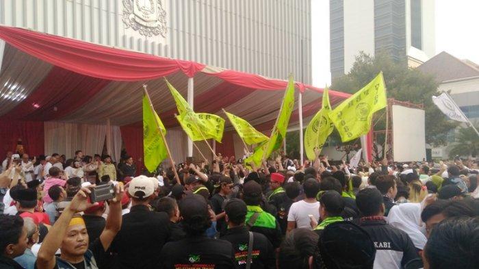 Anies-Sandi Dilantik, Bendera Ormas Penuhi Balai Kota DKI