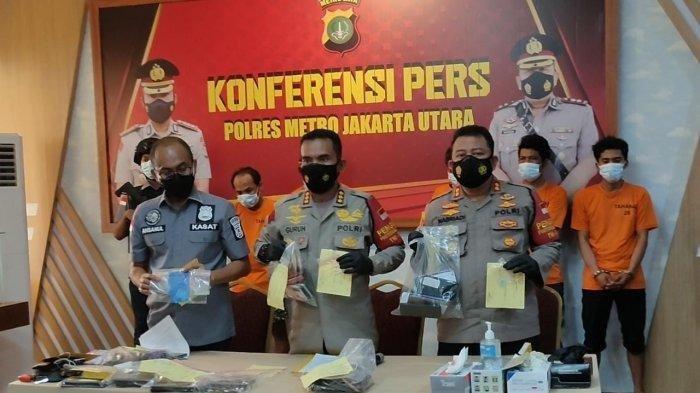 Polisi mengangkat barang bukti sabu yang digerebek dalam pesta narkoba di Puncak, Kamis (3/6/2021) lalu.