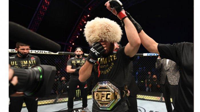 Petarung kelas ringan UFC, Khabib Nurmagomedov, menangis setelah menjadi pemenang pada ajang UFC 254, Minggu (25/10/2020).