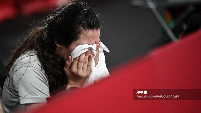 Petenis Suriah Hend Zaza mengusap wajahnya saat pertandingan tenis meja babak penyisihan tunggal putri melawan Liu Jia dari Austria di Gimnasium Metropolitan Tokyo selama Olimpiade Tokyo 2020 di Tokyo pada 24 Juli 2021.