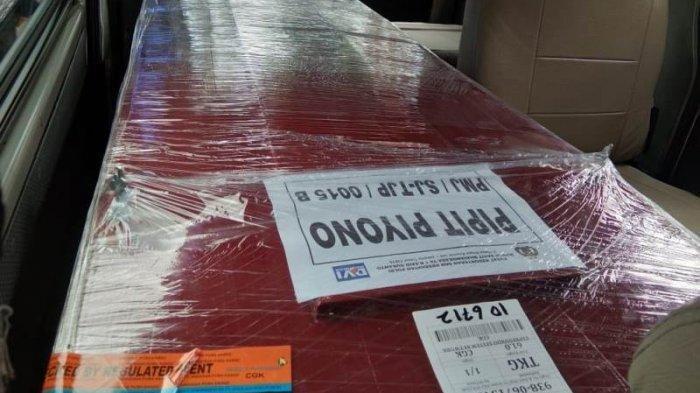Istri dan Kakak Dampingi Kedatangan Jenazah Pipit Piyono Korban Sriwijaya Air SJ-182 di Lampung