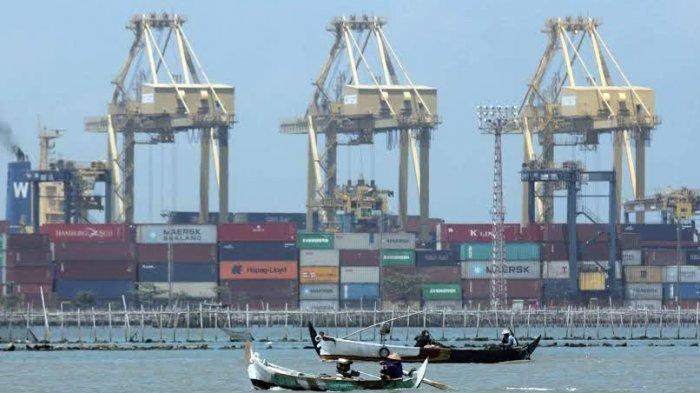 Aktivitas bongkar muat peti kemas di terminal peti kemas Pelabuhan Tanjung Emas, Semarang.