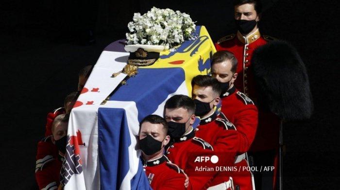 Peti mati Pangeran Philip dari Inggris, Duke of Edinburgh diletakkan di atas Land Rover Defender yang dimodifikasi menjelang prosesi pemakaman seremonial ke Kapel St George di Kastil Windsor di Windsor, barat London, pada 17 April 2021.