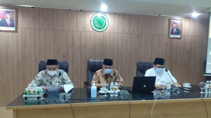 Petinggi Majelis Ulama Indonesia (MUI) saat konferensi pers di kantor MUI, Jakarta Pusat, Rabu (7/4/2021). Konpers menyikapi bencana yang terjadi di Nusa Tenggara Timur.