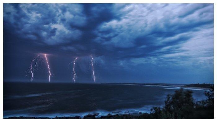 Ilustrasi hujan petir. BMKG Beri Peringatan Dini Hujan Petir dan Angin Kencang Terjadi di 13 Provinsi di Indonesia.