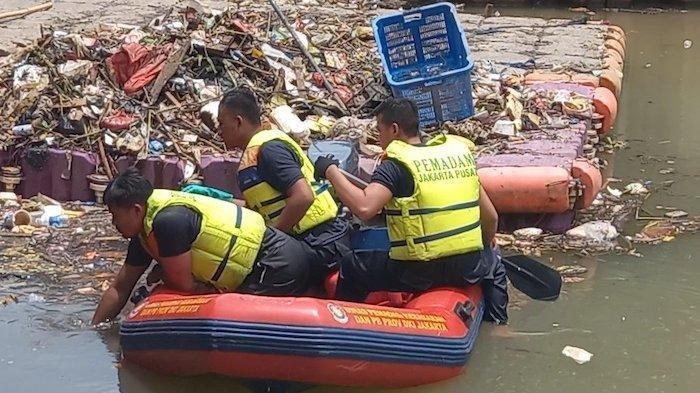2 jam Pencarian, Jenazah Petugas UPK Badan Air yang Terpeleset di Kali Ciliwung Lama Ditemukan