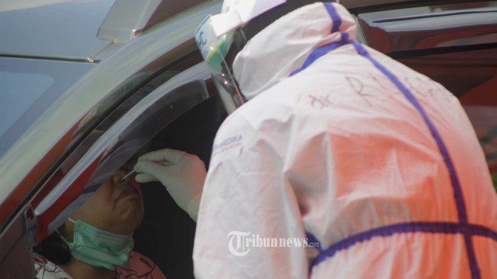 Petugas berpakaian APD lengkap melayani pasien yang secara mandiri melakukan Swab Tes drive thru di Halaman parkir Rumah Sakit Pertamina Jaya, Cempaka Putih, Jakarta Pusat, Rabu (13/5/2020).  RS Pertamina Jaya mengelar swab tes untuk masyarakat umum melalui sistim Drive Thru sebagai salah satu metode untuk mendeteksi dan mencegah penyebaran COVID-19.  Sebagai rumah sakit rujukan Covid-19, Rumah Sakit (RS) Pertamina Jaya didukung oleh laboratorium canggih untuk mendeteksi pasien dengan alat tes PCR (Polymerase Chain Reaction). RS ini mampu mengetes hingga 1.400 sampel setiap harinya.  Warta Kota/Angga Bhagya Nugraha