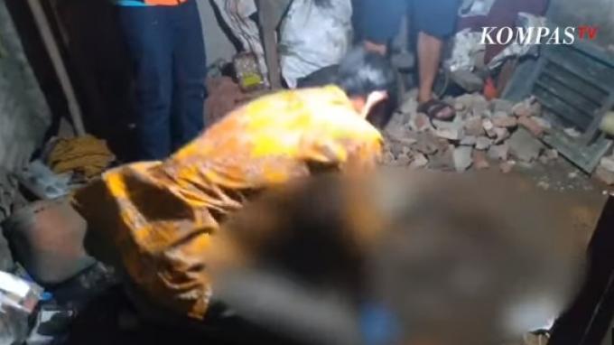 Petugas bongkar tempat dikuburnya korban oleh suaminya sendiri di Desa Bangodua, Kecamatan Bangodua, Kabupaten Indramayu.