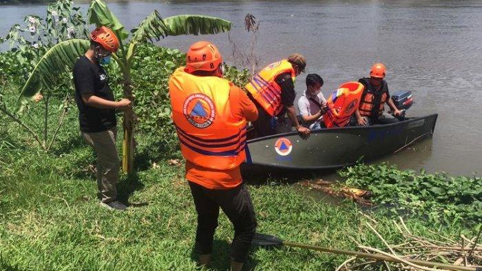 Petugas BPBD Kota Kediri melakukan pemantauan keberadaan buaya di Sungai Brantas, Kamis (1/10/2020).