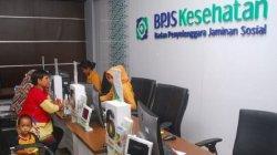 Ilustrasi: Petugas BPJS sedang melayani warga