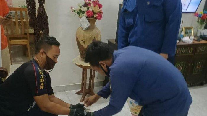 Ular Berukuran 1,2 Meter Ditemukan Bersembunyi di Kloset Kamar Mandi Rumah Warga di Bekasi