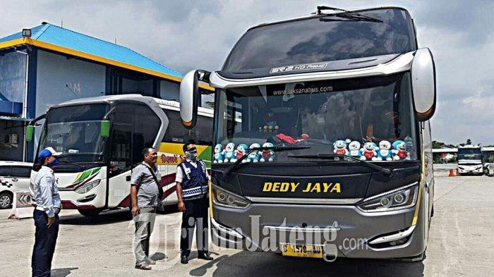Petugas Dishub Kabupaten Tegal, sedang mengecek bus yang baru saja datang dari Jakarta. Kegiatan ini berlangsung di Terminal Slawi, Kabupaten Tegal, Kamis (26/3/2020).