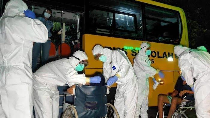 66 Lansia yang Positif Covid-19 Dievakuasi Menggunakan 4 Bus Sekolah ke RSUD Duren Sawit
