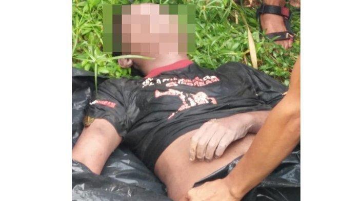 Petugas melakukan evakuasi jasad Mr X yang ditemukan di Sungai Deli, Senin (19/8/2019).