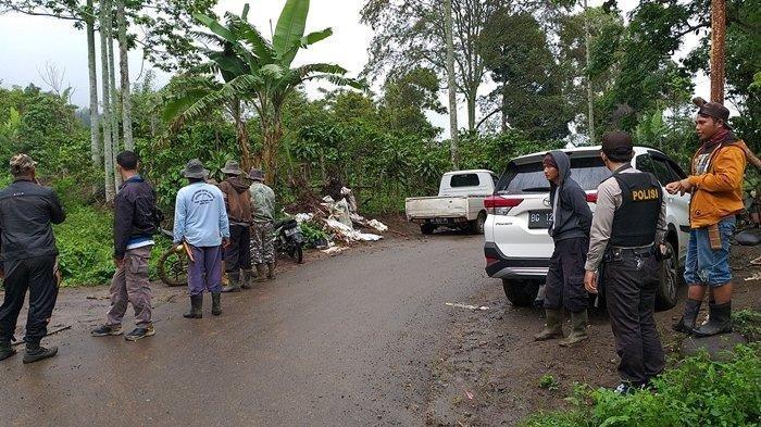 Anggota Polsek Dempo Selatan bersama anggota TNI saat membawa warga untuk melakukan evakuasi sejumlah petani yang masih berada dikebun yang berdekatan dengan Hutan Lindung kawasan Desa Meringang, Kecamatan Dempo Selatan, Sabtu (7/12/2019). Sripoku.com/Wawan