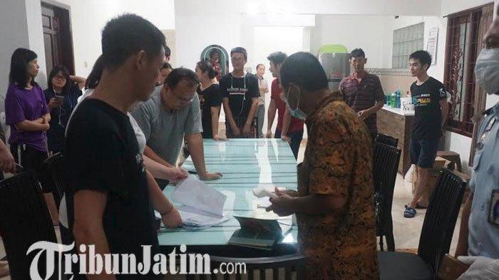 Petugas Imigrasi saat memeriksa dokumen keimigrasian 16 WNA dimana 14 diantaranya dari China yang ditemukan di Tulungagung. Akhirnya terungkap bahwa belasan WNA yang ditemukan saat Wabah virus Corona itu akan bekerja di pabrik aksesoris.