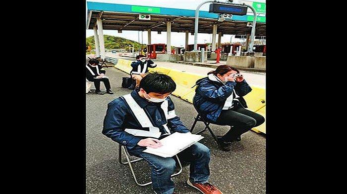 Para petugas jalan tol mengintip dan mencatat nomor mobil yang menuju dan ke luar dari Perfektur Tokushima.
