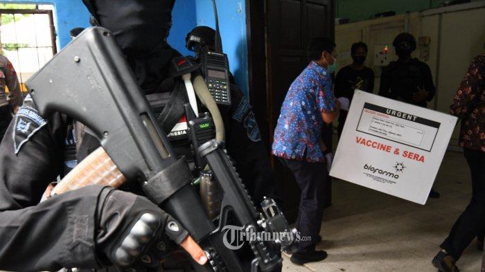 VAKSIN DATANG - Sebanyak 77.760 vaksin Sinovac yang rencananya akan digunakan untuk vaksinasi Covid-19 tiba di Dinas Kesehatan (Dinkes) Jawa Timur disimpan dan dijaga di ruangan dingin Dinkes Jatim yang suhunya 2-3 derajat, Senin (4/1/2020). Dinas Kesehatan Jatim memprioritaskan pemberian vaksin pada Sumber Daya Manusia bidang kesehatan yang bekerja di faskes kesehatan dan dinas kesehatan karena mereka beresiko tinggi tertular seelah melayani orang yang konfirm Covid-19. SURYA/AHMAD ZAIMUL HAQ
