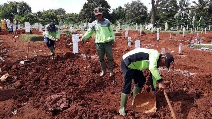 Petugas makam tengah menggali lubang untuk jenazah covid-19 di TPU Pondok Ranggon, Jakarta Timur pada Minggu (24/5/2020)