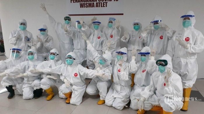 Petugas medis berfoto bersama dengan ceria saat akan menangani pasien Covid-19 di RS Darurat Wisma Atlet, Kemayoran, Rabu (6/5/2020). Wisma Atlet Kemayoran telah dialihfungsikan menjadi RS Darurat Covid-19, setelah pandemi Virus Corona mendera Indonesia. TRIBUNNEWS/HO