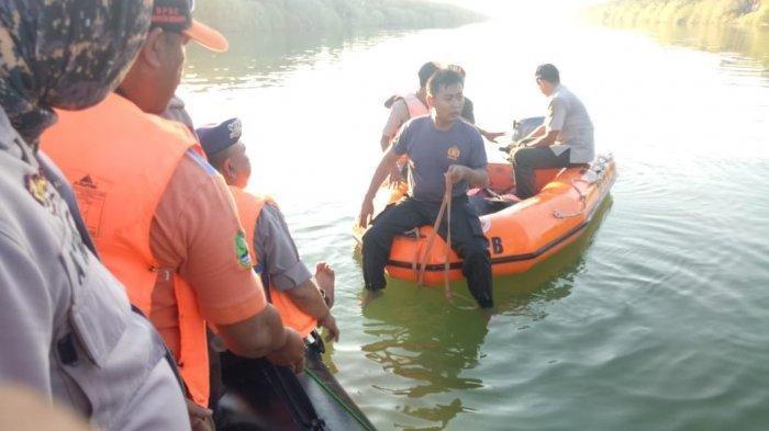 Petugas mencari korban pesawat Cessna yang jatuh di Sungai Rambatan Cimanuk Desa Lamaran Tarung Blok Kijang Satu, Kecamatan Cantigi, Kabupaten Indramayu, Senin (22/7/2019) (Istimewa)