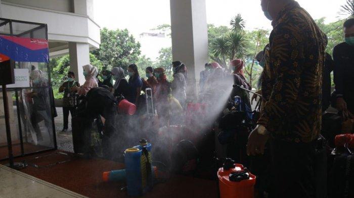Petugas menyemprotkan disinfektan di Hotel Grand Cempaka Business yang menjadi tempat istirahat bagi tenaga medis DKI Jakarta, Kamis (26/3/2020).