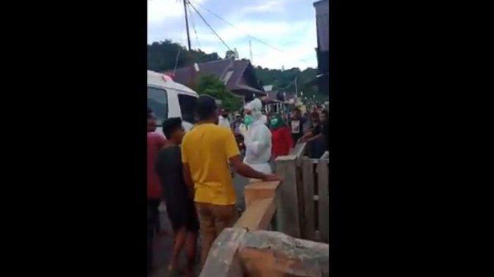 Viral di media sosial video memperlihatkan sejumlah warga mengamuk dan mencoba menghadang petugas medis