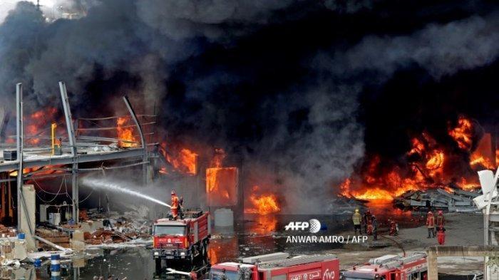 Petugas pemadam kebakaran Lebanon mencoba memadamkan api yang terjadi di area pelabuhan Beirut, pada 10 September 2020
