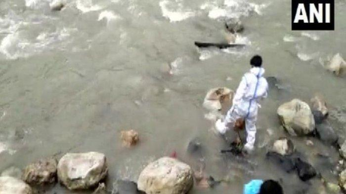 petugas periksa penemuan jasad yang hanyut di sungai