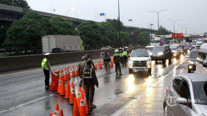 Petugas gabungan memeriksa dan memperketat pengawasan arus transportasi pasca-Lebaran 2020 di perbatasan Bekasi-Karawang serta KM 47 Tol Cikampek-Jakarta, Jawa Barat, Rabu (27/5/2020). Kendaraan yang hendak masuk Jakarta harus menunjukkan Surat Izin Keluar Masuk (SIKM). Jika kendaraan tidak lengkap/tanpa SIKM, petugas mengarahkan kendaraan tersebut keluar tol terdekat. Hal ini selaras dengan kebijakan Pemprov DKI Jakarta pada 15 Mei 2020 yang telah menerbitkan Pergub 47/2020 tentang pembatasan kegiatan bepergian keluar dan masuk Provinsi DKI Jakarta sebagai upaya pencegahan penyebaran virus corona (Covid-19). Warta Kota/Angga Bhagya Nugraha