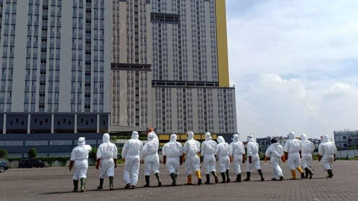 Petugas PMI lakukan penyemprotan Wisma Atlet Kemayoran, Jakarta Pusat, Sabtu (21/3/2020)/dok. PMI