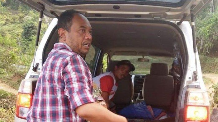 Petugas saat membawa jenazah Nu Raisa, 3 bulan ke RSUD Sayang Cianjur, Jawa Barat guna menjalani autopsi. Bayi malang tersebut ditemukan tewas di bak mandi dan diduga dibunuh.