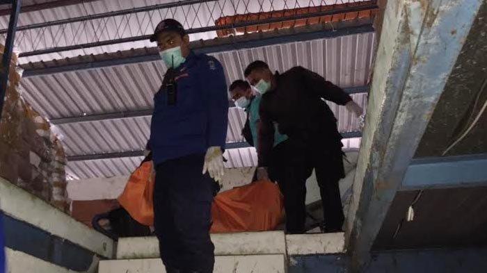 Istimewa/ surya.co.id Petugas saat mengevakuasi jasad pekerja yang terjepit lift di gudang Victory Plastic Kenjeran Surabaya, Sabtu (17/4/2021).