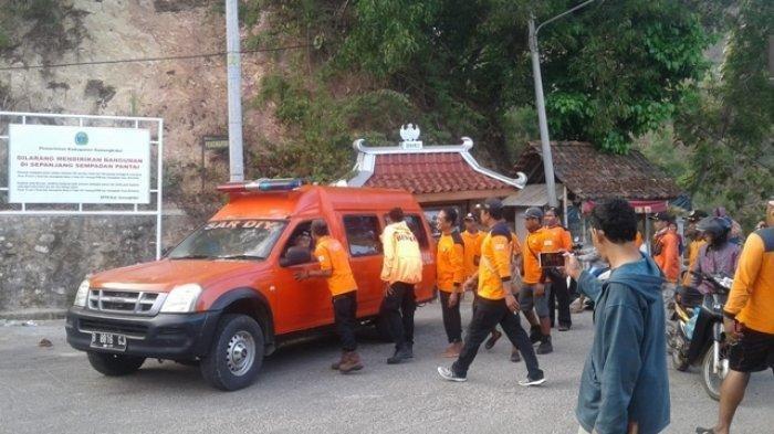 Petugas SAR saat mengevakuasi korban ke RSUD Wonosari, Senin (5/8/2019).