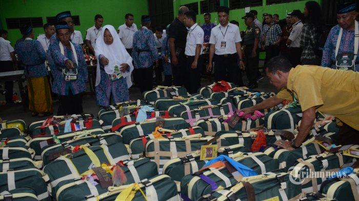 DIPERIKSA - Panitia Penyelenggara Embarkasi Surabaya (PPIH) Embarkasi Surabaya menyita ratusan rokok dari berbagai jenis merk, obat-obatan serta jamu dari koper Jemaah Calon Haji (JCH) kloter 8 asal Bangkalan, Minggu (7/7) malam. JCH hanya diperbolehkan membawa rokok maksimal sejumlah 2 slop atau 200 batang, serta obat-obatan yang dikonsumsi JCH atas rekomendasi dokter sesuai kebutuhan. (SURYA/AHMAD ZAIMUL HAQ)