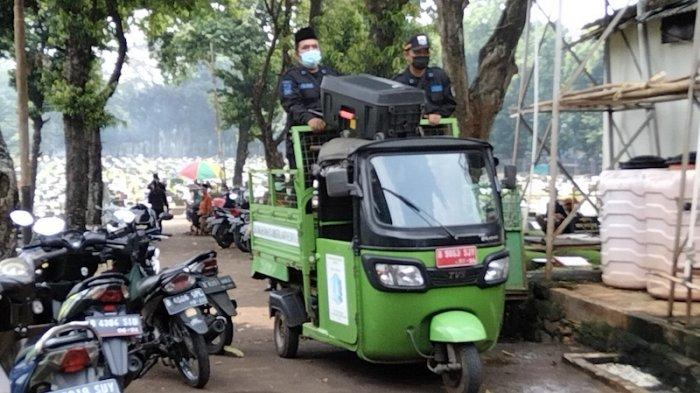 Petugas Keamanan TPU Tanah Kusir Keliling Pakai Speaker Portabel Imbau Peziarah