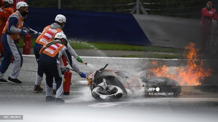 Petugas trek mencoba memadamkan api pada sepeda motor menyusul kecelakaan