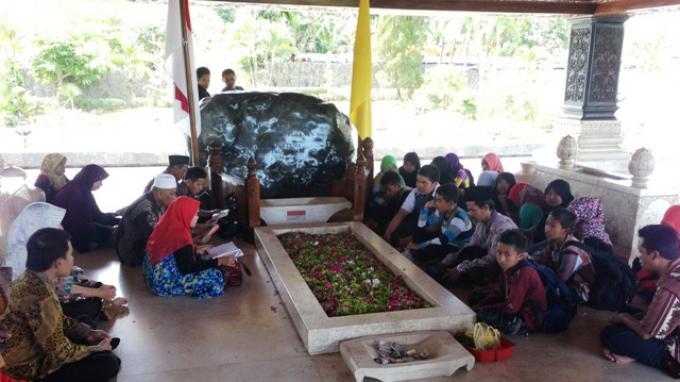 Ditemani Puan, Mega Ziarah ke Makam Bung Karno di Blitar