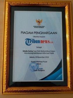 Piagam penghargaan untuk Tribunnews.com dari KIP