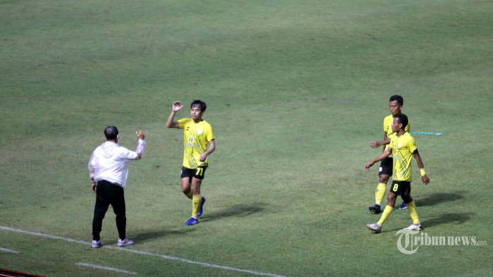 Pelatih Barito Putera, Djadjang Nurdjaman memberi selamat kepada pemainnya usai pertandingan versus Persikabo 1973 dalam laga Grup A Piala Menpora di Stadion Manahan, Kota Solo, Jawa Tengah, Selasa (30/3/2021) sore. Barito Putera lolos ke perempat final berkat hasil pertandingan yang berakhir seri 2-2 (0-1). Tribun Jateng/F Ariel Setiaputra
