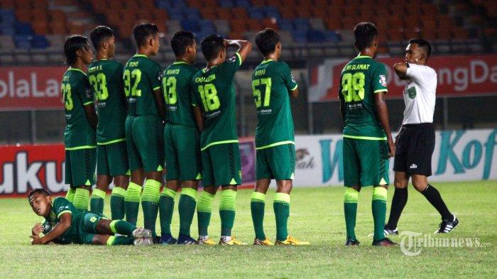 Pemain Persebaya Surabaya membentuk pagar betis saat melawan Persela Lamongan dalam laga Grup C Piala Menpora 2021 di Stadion Si Jalak Harupat, Kabupaten Bandung, Jawa Barat, Sabtu (3/4/2021) malam. Laga berakhir imbang dengan skor 0-0 (0-0). Tribun Jabar/Gani Kurniawan