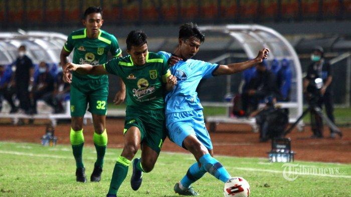 Kapten Persebaya Surabaya, Rachmat Irianto (tengah) berebut bola dengan pemain Persela Lamongan, Malik Risaldi dalam laga Grup C Piala Menpora 2021 di Stadion Si Jalak Harupat, Kabupaten Bandung, Jawa Barat, Sabtu (3/4/2021) malam. Laga berakhir imbang dengan skor 0-0 (0-0). Tribun Jabar/Gani Kurniawan