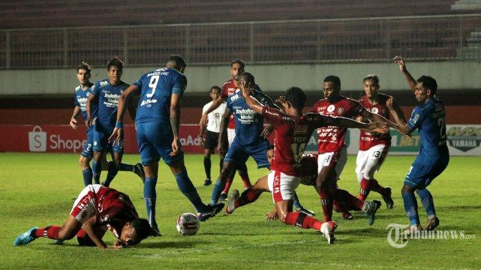 Pertandingan Persib Bandung (biru) melawan Bali United (merah) dalam laga Grup D Piala Menpora di Stadion Maguwoharjo, Depok, Kabupaten Sleman, Daerah Istimewa Yogyakarta, Rabu (24/3/2021) malam. Laga berakhir imbang dengan skor 1-1 (0-0). Tribun Jogja/A Fajar Safii