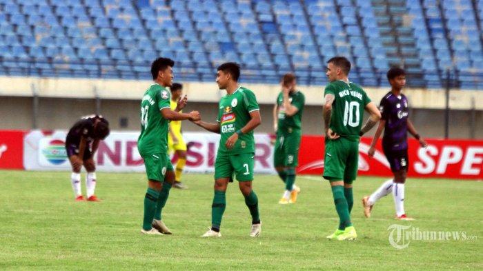 Persik Kediri (ungu) menghadapi PSS Sleman (hijau) dalam laga Grup C Piala Menpora 2021 di Stadion Si Jalak Harupat, Kabupaten Bandung, Jawa Barat, Kamis (1/4/2021). Persik Kediri harus mengakui keunggulan PSS Sleman dengan skor 0-1 (0-1). Tribun Jabar/Gani Kurniawan