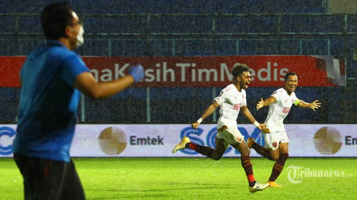 Skuat PSM Makassar merayakan kemenangan setelah mengalahkan PSIS Semarang dalam laga perempat final Piala Menpora di Stadion Kanjuruhan, Kepanjen, Kabupaten Malang, Jawa Timur, Jumat (9/4/2021) malam. PSIS Semarang gagal melaju ke semifinal setelah kalah dalam adu penalti dengan skor 2-4 (0-0) (0-0). Surya/Hayu Yudha Prabowo
