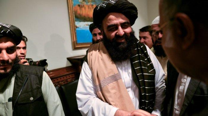 Menteri Luar Negeri Taliban, Amir Khan Muttaqi (tengah)